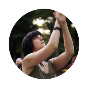 Фото Девушка с поднятыми вверх руками, курс Движение к цели