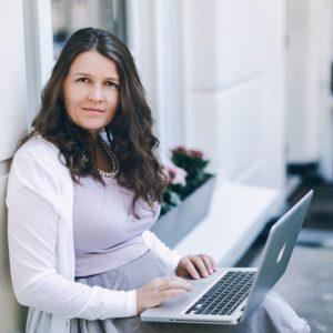 фото Галина Иевлева с ноутбуком на коленях стоимость курса Движение к цели